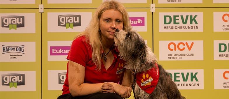 Claudia Neumann mit ihrem Filmhund Tom Tom
